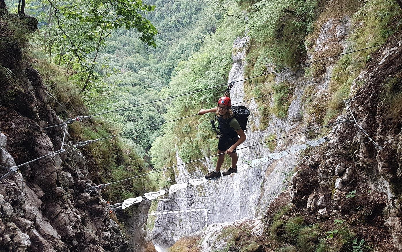 Ponte tibetano e cascata sulla Via ferrata Ballino